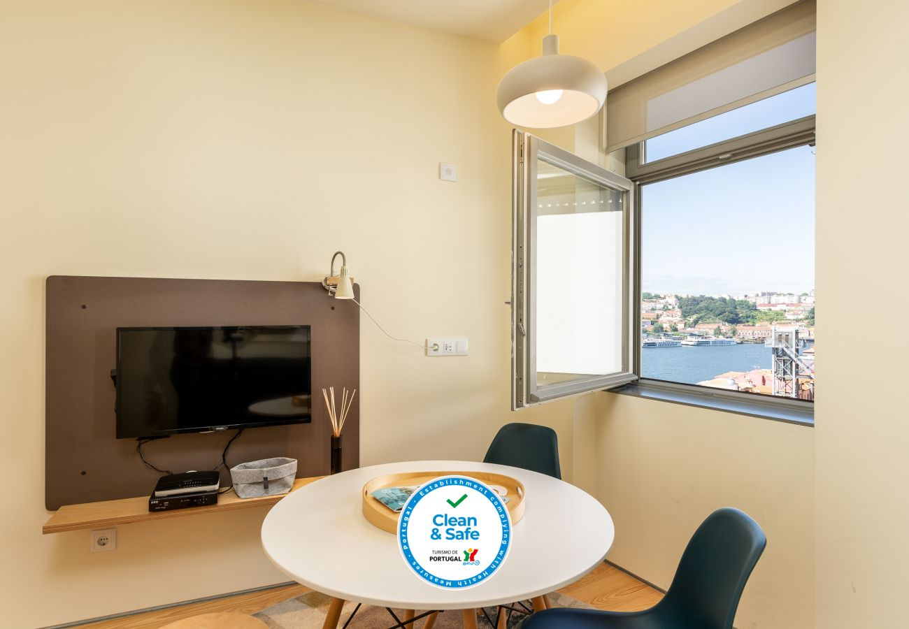 Studio with river view for rent in Porto with WiFi and A / C.