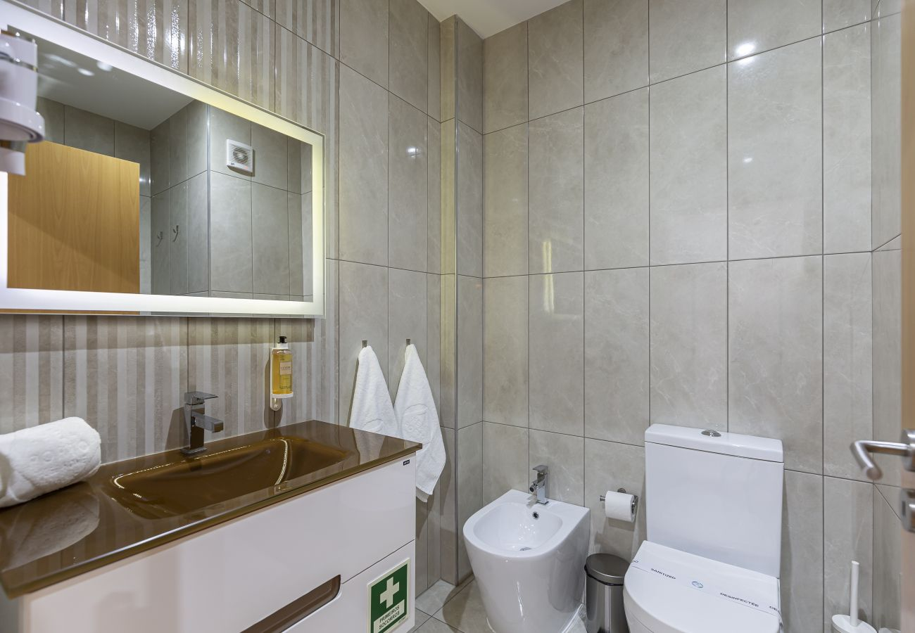 Modern and spacious bathroom.